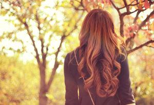 紅葉の公園を歩く女の子
